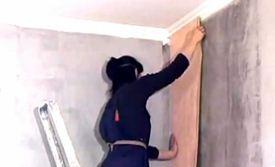Поклейка обоев на бетонную стену