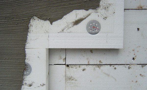 Покрытие утепляющего материала защитным слоем штукатурки