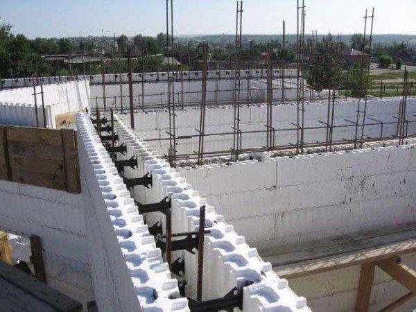Полимерная конструкция для строительства стен