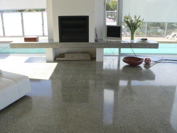 Полированный бетонный пол в коттедже.