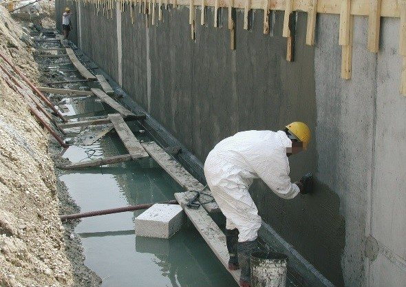 Порой намного проще и дешевле использовать недорогой бетон и гидроизоляцию, чем приобретать высокие марки этого материала