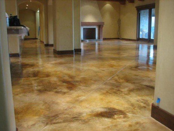После кислотной краски бетонный пол покрыт лаком.