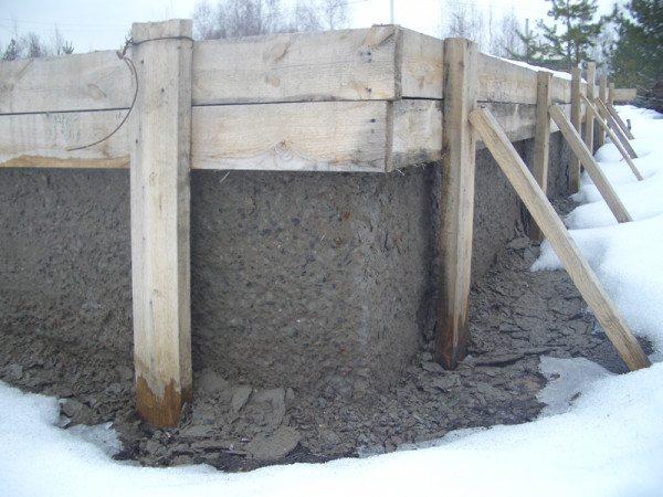 Последствия зимней заливки: отслоение материала с поверхности