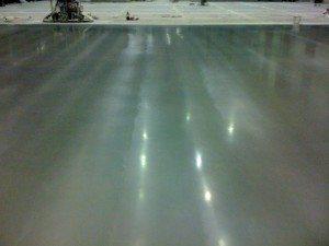 Поверхность монолитного бетонного пола после использования упрочнителя.