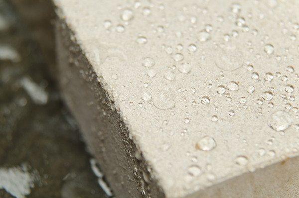 Поверхностно активные вещества снижают водопоглощение пористых поверхностей.