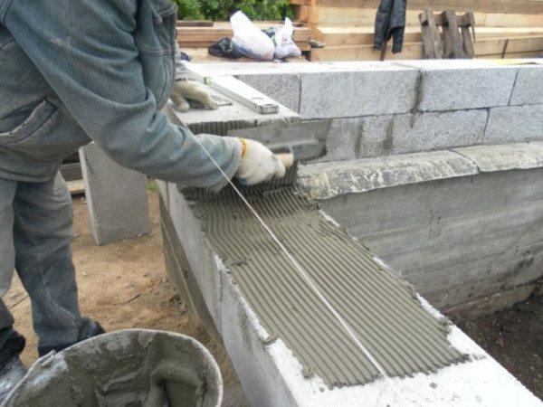 При использовании специального клея швы получаются более тонкими