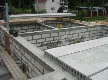 При изготовлении таких конструкций, на стадии укладки плит перекрытия лучше всего изготавливать армирующий пояс, который бы придавал повышенной прочности