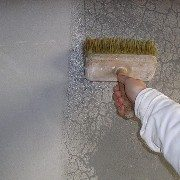 При небольших объемах работы можно использовать кисть или валик