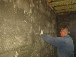 При оштукатуривании таких поверхностей рекомендуется применять армирующую сетку
