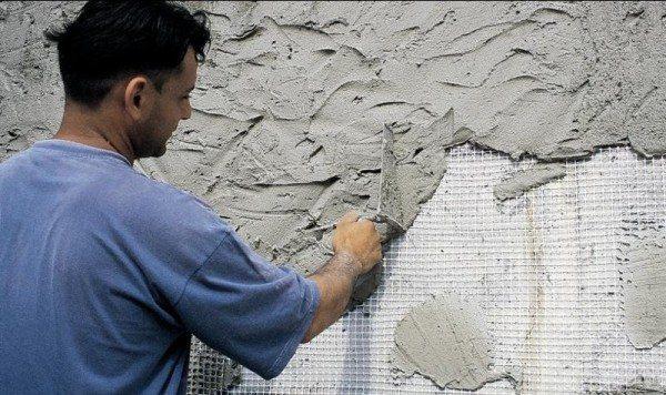 При отделке больших поверхностей лучше всего использовать армирующую сетку для повышения прочности