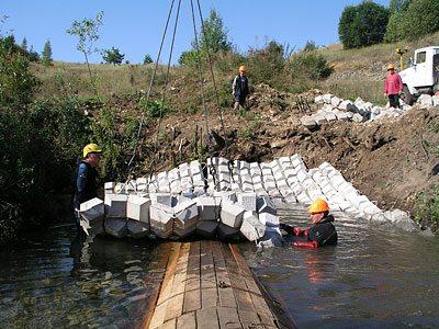 При работе с бетонными матами предполагается использование специальной техники, что нужно учитывать еще на стадии проектирования