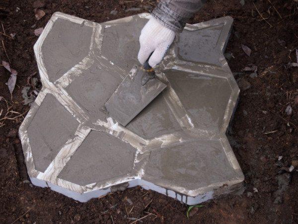 При работе с формами чаще всего используют простейший песчаный раствор бетона с соотношением цемента 3 к 1, но при этом добавляют пластификатор