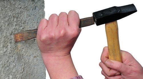 При работе с пористым материалом можно использовать даже простое зубило и молоток