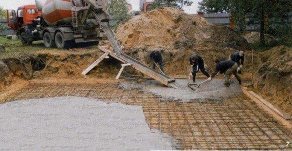 При строительстве в неблагоприятных грунтах выбирают более высокие марки.