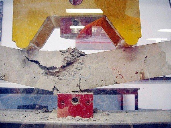 Прибор для измерения критической нагрузки лабораторных образцов монолитного бетона.