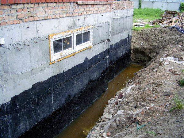 Причина для обработки бетонных стен водоотталкивающими средствами очевидна