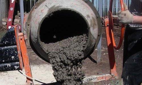 Приготовление бетона в бетономешалке.