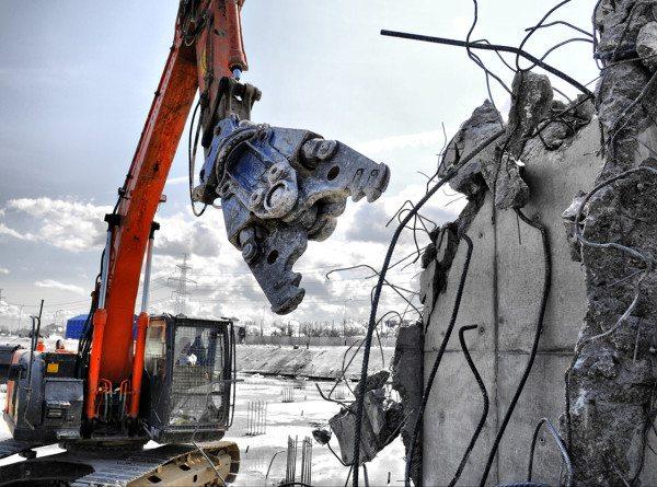 Применение гидравлического резака для сноса здания