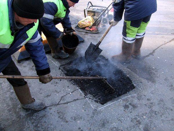 Применение горячего материала для латания дорожных дыр
