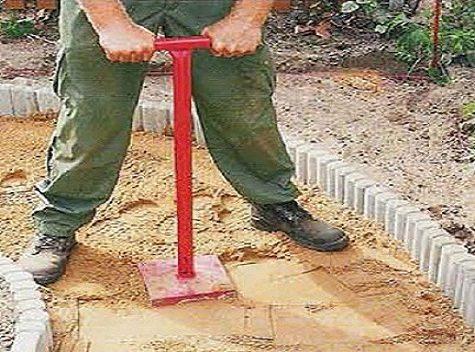 Пример простейшего приспособления для трамбовки песка
