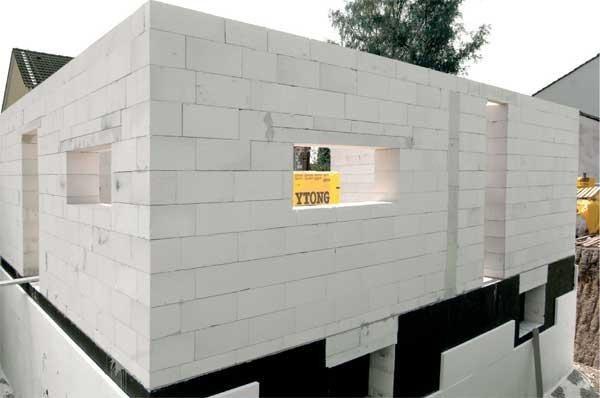 Принцип укладки блоков практически ничем не отличается от возведения стен из камня