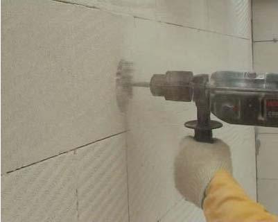 Проделывание отверстия под дымоход в стене из газобетона