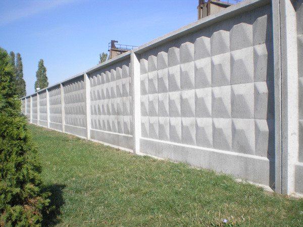Промышленный забор из бетонных панелей