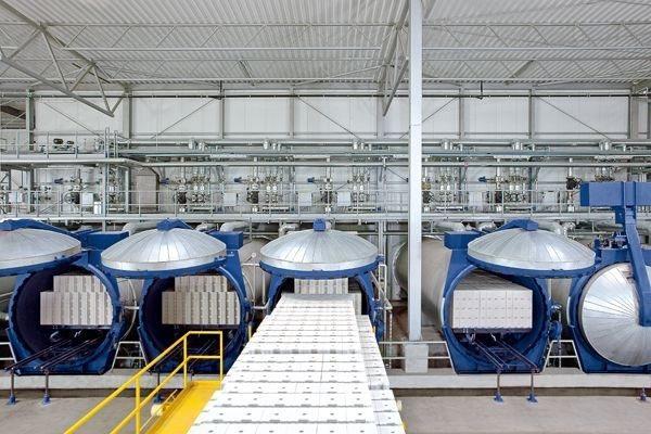Пропаривание в автоклавах (на фото – серийное производство газобетона)