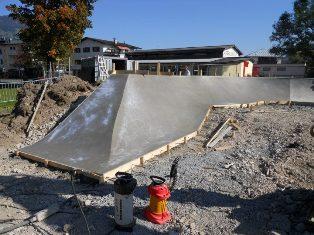 Пропорции бетона М400 обеспечивают высочайшие свойства прочности, благодаря чему им можно бетонировать откосы и другие сложные участки