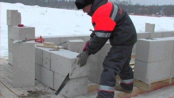 Противоморозные добавки в клей для газобетона помогают продолжать строительные работы в зимний период