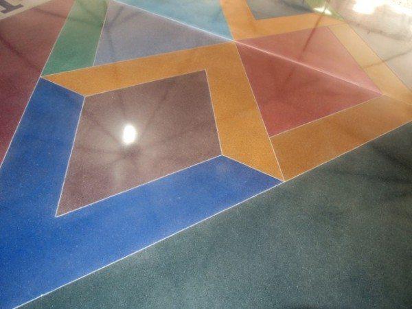 Процедура окрашивания бетонного пола необходима как с эстетической, так и с практической точки зрения