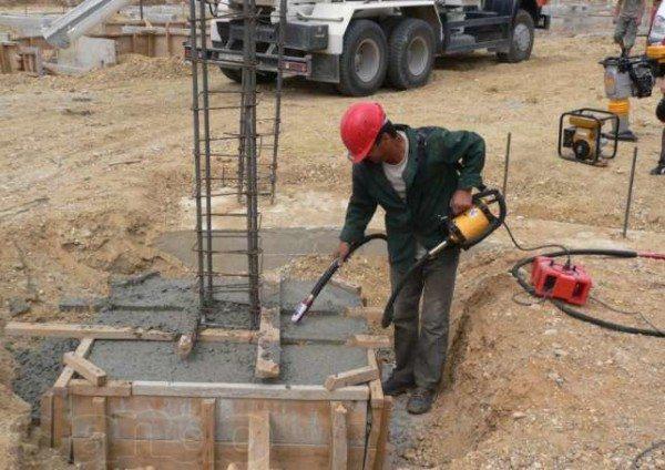 Процесс использования специального вибратора для бетона, позволяющий удалить из материала все пузырьки воздуха и расположить раствор по всей форме
