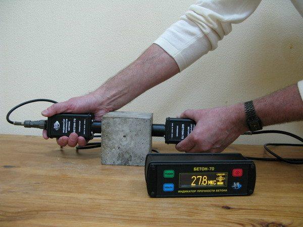 Проверка куба ультразвуковым бетоноскопом.