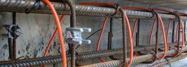 Провод укладывают и фиксируют на арматурном каркасе.