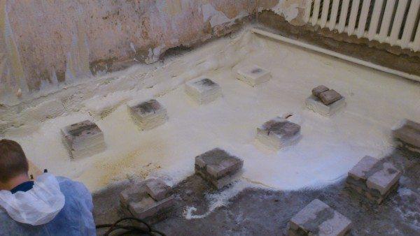 Проводить теплоизоляцию методом напыления можно как на горизонтальных, так и на вертикальных поверхностях