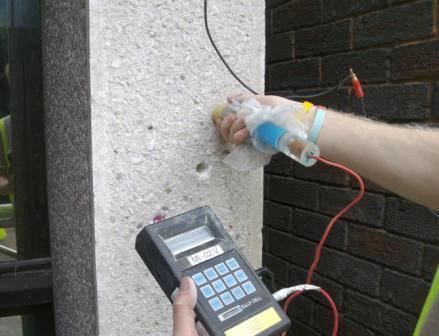 Проводится контроль прочности бетона