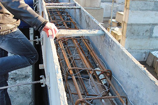 Проводники в опалубке нагревают раствор для эффективного отвердения