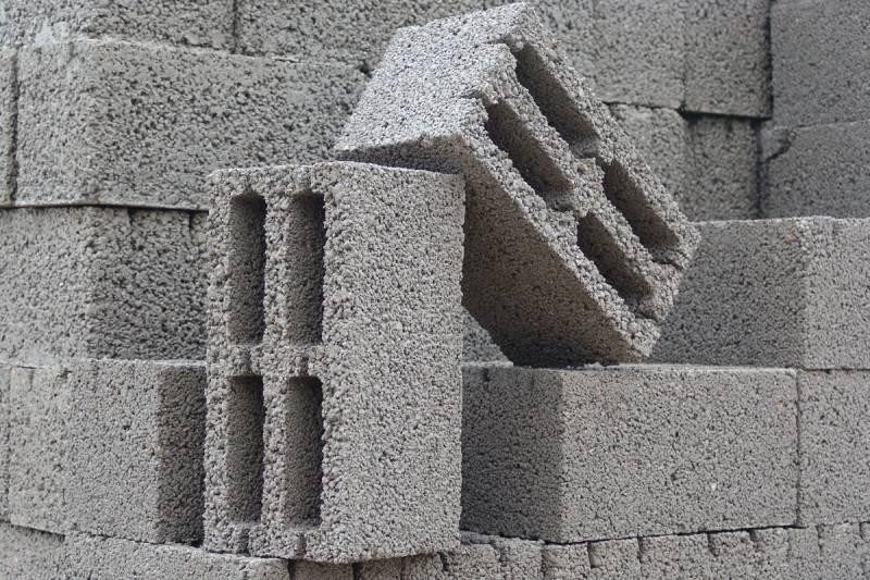Пустоты в блоках керамзитобетона дополнительно снижают среднюю плотность.
