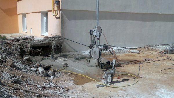 Работает канатная машина для резки бетона