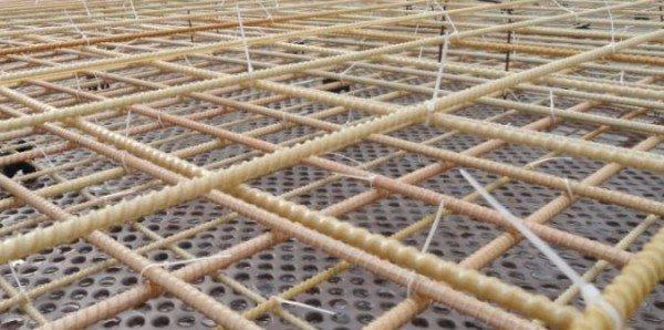 Работы по укладке композитного армопояса гораздо проще, чем при использовании металла