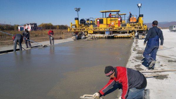 Работы ведутся под постоянным присмотром инженеров и строителей.