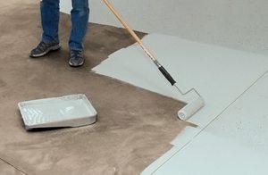 Раскатываем состав валиком по всему полу.
