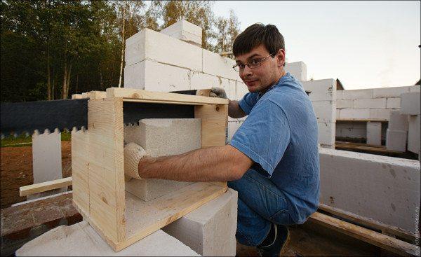 Распиливание блока с помощью деревянного стусла