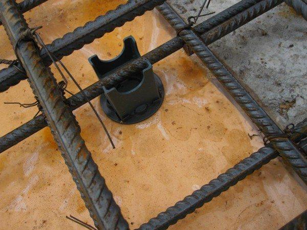 Расстояние от опалубки до каркаса отводится под защитный пласт
