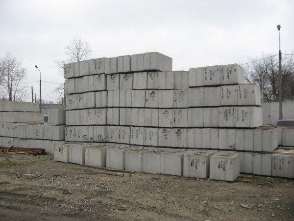 Различные конструкции с маркировкой – бетонные блоки 400 на 400 на 400