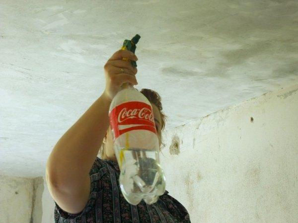 Размоченная водой известка легко снимется шпателем.