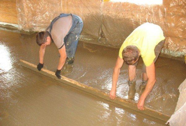 Разравнивание и уплотнение бетона правилом