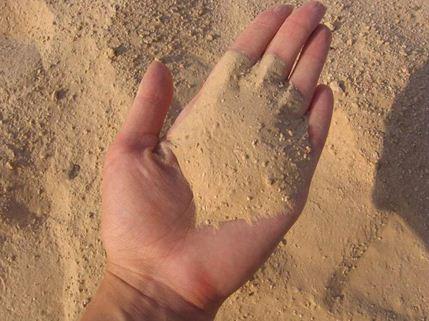 Речной песок - наиболее востребованный наполнитель.