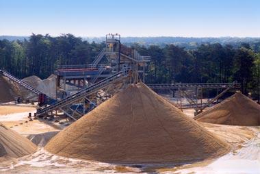 Речной песок изначально намного чище и качественнее карьерного