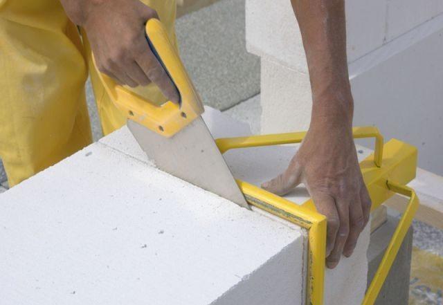 Резать блоки можно обычной пилой.